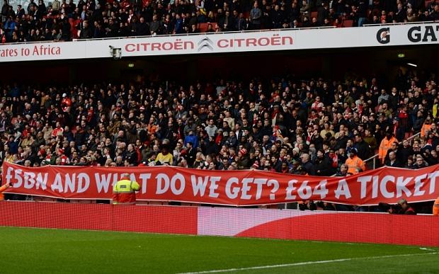 epa04692011 Arsenal fans protest against high ticket prices prior to the English Premier League soccer match between Arsenal and Liverpool at the Emirates Stadium in London, Britain, 04 April 2015. EPA/ANDY RAIN DataCo terms and conditions apply: http://www.epa.eu/files/Terms%20and%20Conditions/DataCo_Terms_and_Conditions.pdf